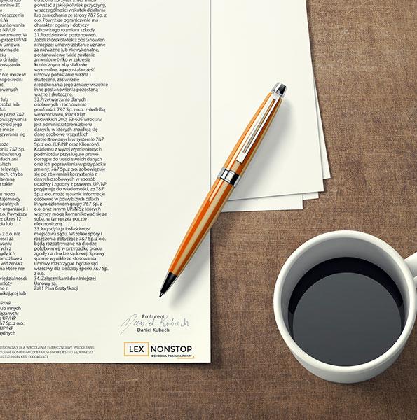 Dokument z logiem lexnonstop leży na stole, obok kawa