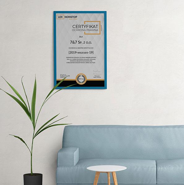 Certyfikat lexnonstop wiszący w ramce na ścianie