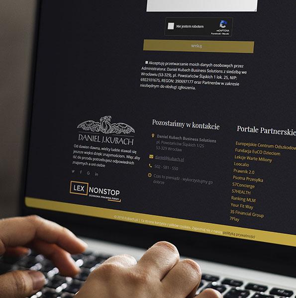 Mężczyzna przegląda stronę Daniela Kubacha, zauważa logo lexnonstop w stopce