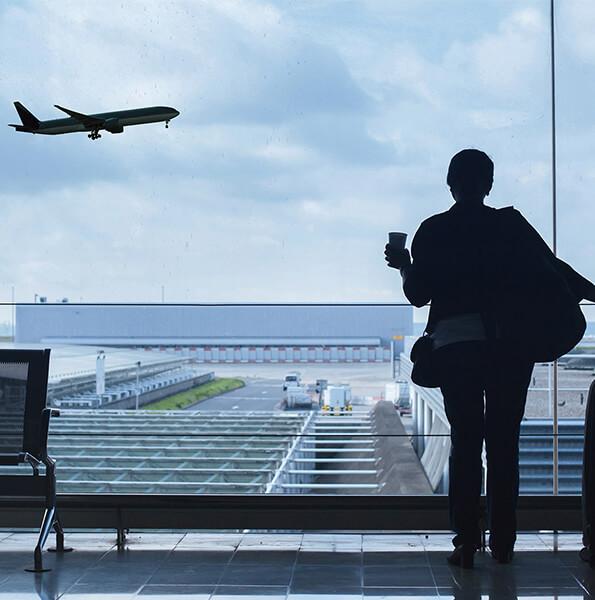 Kobieta patrzy na odlatujący samolot
