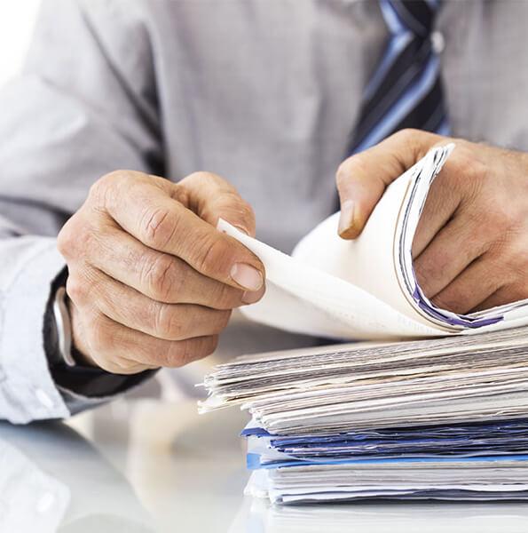 Mężczyzna przegląda dokumenty