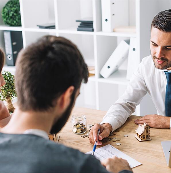 Para konsultuje budżet z doradcą w biurze