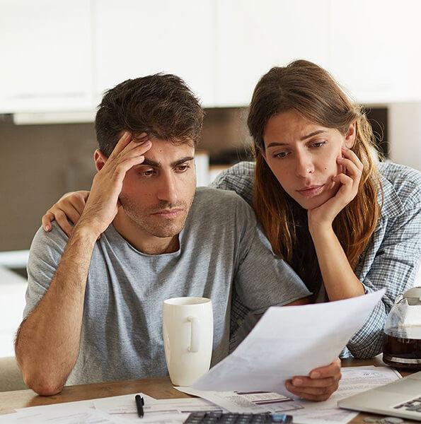 Zmartwione małżeństwo przegląda rachunki