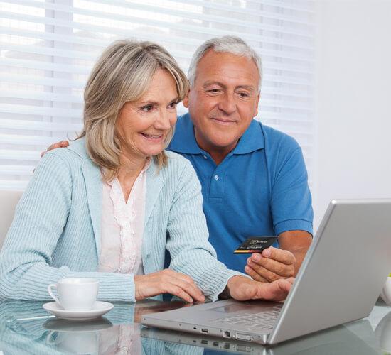 Starsza para uzyskuje poradę z pomocą karty lexnonstop