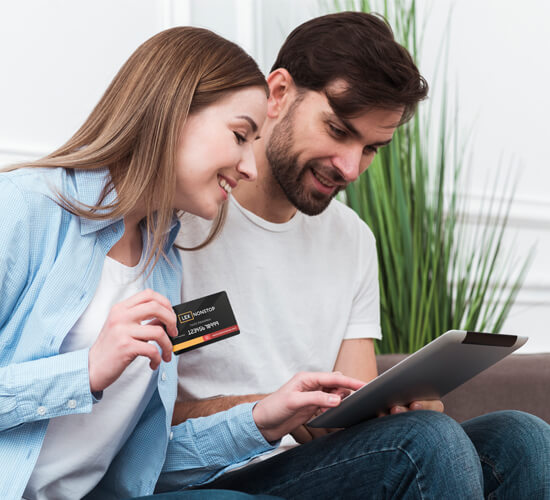 Młoda para korzysta z tabletu i karty lexnonstop