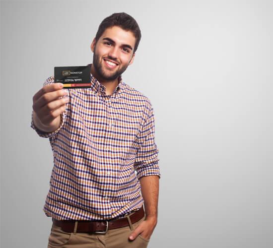 Młody mężczyzna w koszuli pokazuje kartę lexnonstop