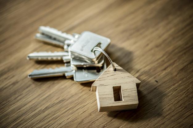 Klucze do mieszkania na stole