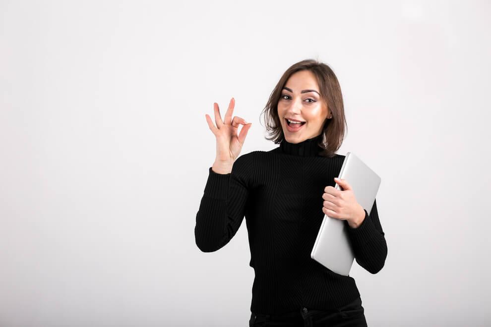 Młoda kobieta pokazuje gest OK