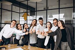 Zadowolony zespół partnerów pokazuje gest OK