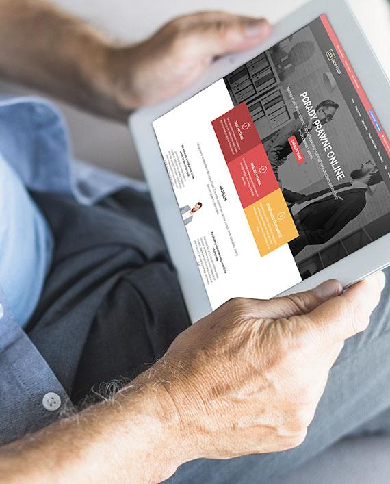 Mężczyzna przeglądający witrynę lexnonstop na tablecie