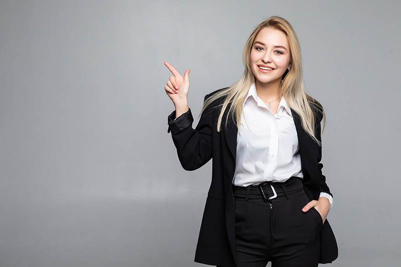 Młoda kobieta biznesu, wskazuje na korzyści wynikające z pakietu.